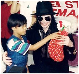 Foto di Michael e i bambini - Pagina 21 7dedezembrode1996252cmanilanafestaanualdenatalparaos25c325b3rf25c325a3os252cmichael25c325a9apresentadoparaajudaradistribuir300sacosdelootparaascrian25c325a7as252c