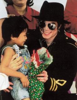 Foto di Michael e i bambini - Pagina 21 7dedezembrode1996252cmanilanafestaanualdenatalparaos25c325b3rf25c325a3os252cmichael25c325a9apresentadoparaajudaradistribuir300sacosdelootparaascrian25c325a7as252c1